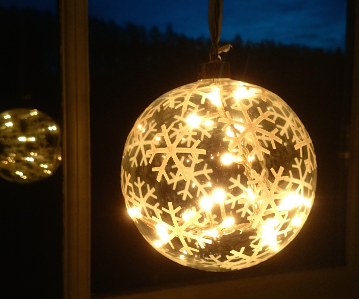 snowflake-bauble